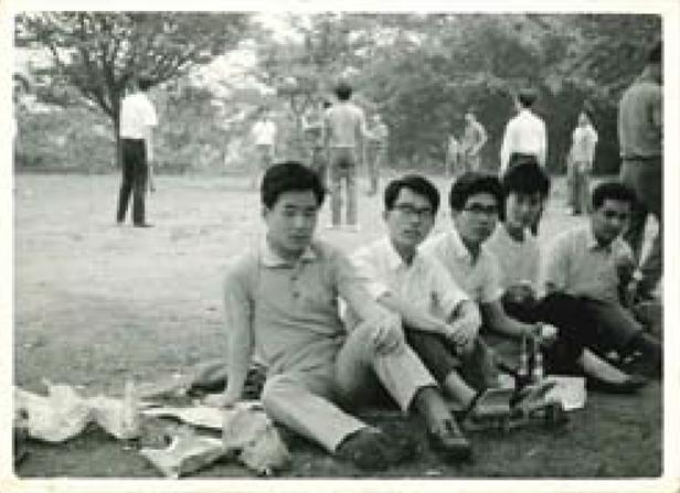 大学時代、仲間とピクニックをしたときの写真