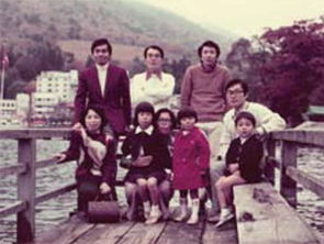 家族を伴って社員旅行をしたときの写真