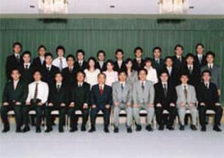 新日本監査法人のメンバーと記念写真