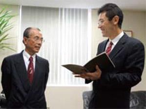 社長・廣渡嘉秀氏と並ぶ仕事風景の写真